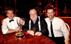 Benioff et Weiss entourent GRR Martin (Emmy Awards).