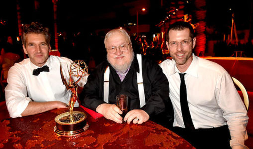 Benioff et Weiss entourent GRR Martin (Emmy Awards).