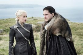 Daenerys Targaryen et Jon Snow en discussion. Emilia Clarke, Kit Harington (Crédit : Helen Sloan/HBO)