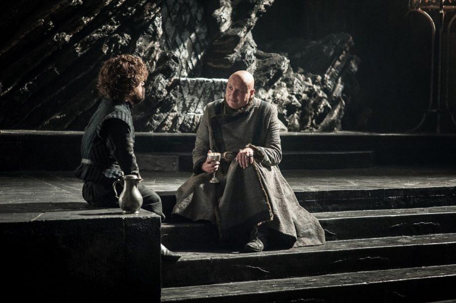 Tyrion Lannister et Varys autour d'un verre. Peter Dinklage, Conleth Hill (Crédit : Helen Sloan/HBO)