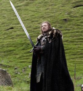 Eddard Stark, portant Glace (crédits : HBO)