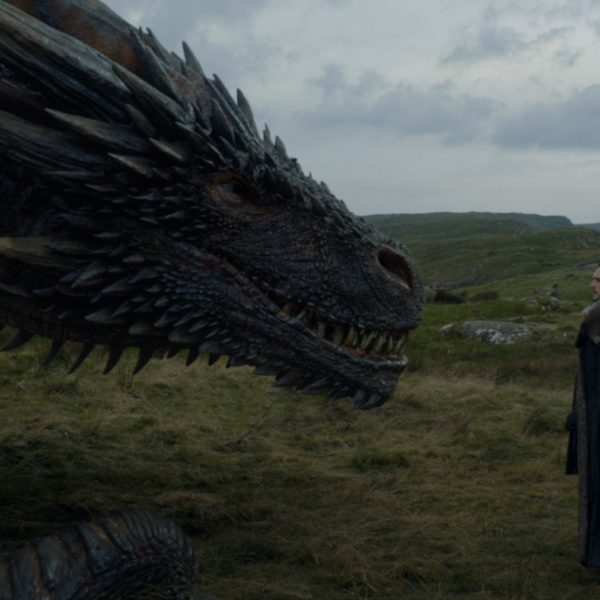 Jon Snow et Drogon se font face. Crédit : HBO