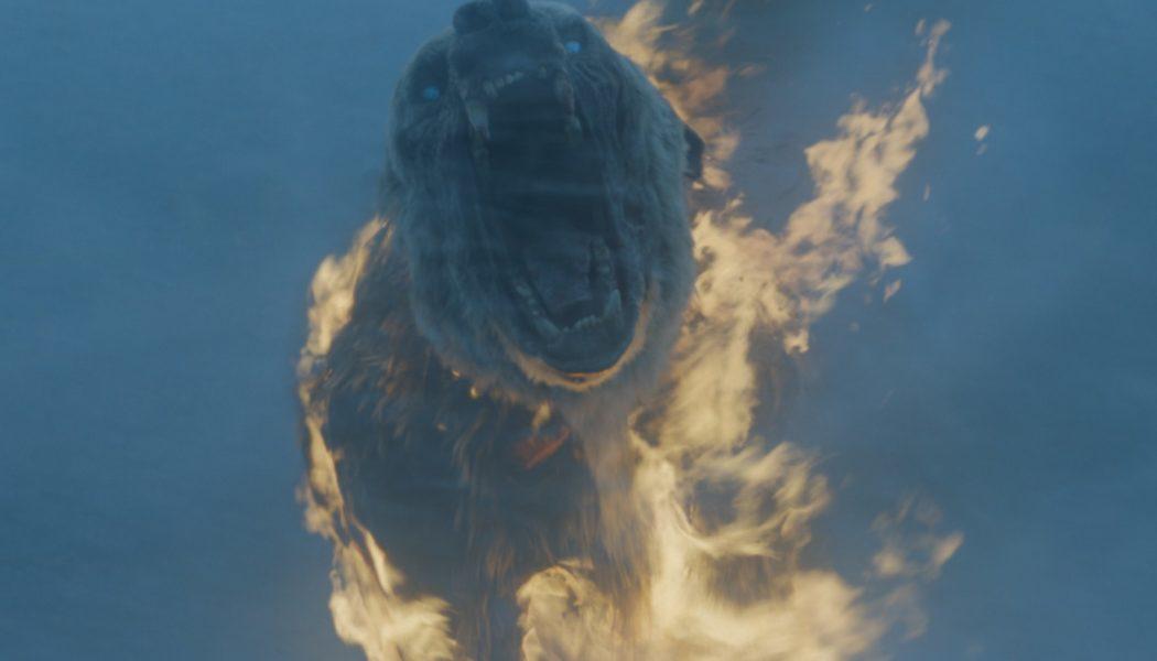 Un ours polaire, en flammes, au corps déchiqueté et aux yeux bleus. Vous verrez pas ça tous les jours. [Crédit HBO)