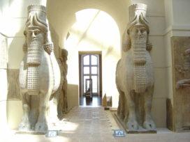 Taureaux ailés androcéphales (lamassu), gardiens des portes (Musée du Louvre) (crédits : David Monniaux, Wikimedia Commons)