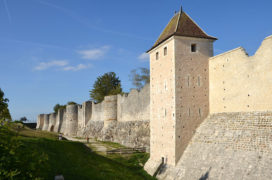 Remparts de Provins (en partie restaurés) (Crédits : Wikimedia Commons)