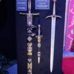 Les épées et poignard de Jaime et Pleurs de Veuve, l'épée de Joffrey Baratheon (crédits Thistle).