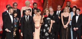 L'équipe de Game of Thrones honorée aux Emmy Awards 2016 (crédits : Getty Images)