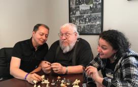 George R.R. Martin, en compagnie de David Doust (CMON) et Raya Golden, découvre les figurines (crédits : CMON)
