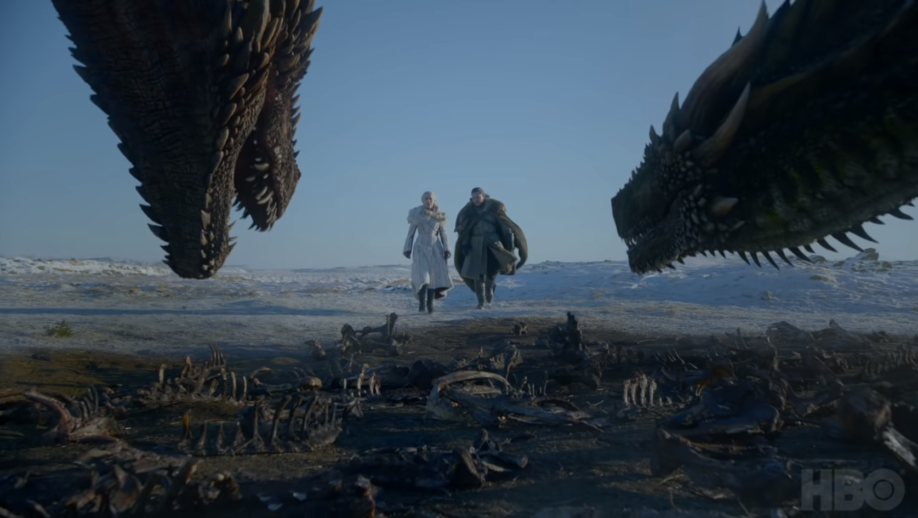 Jon Snow et Daenerys Targaryen devant Drogon et Rhaegal (crédits : HBO)