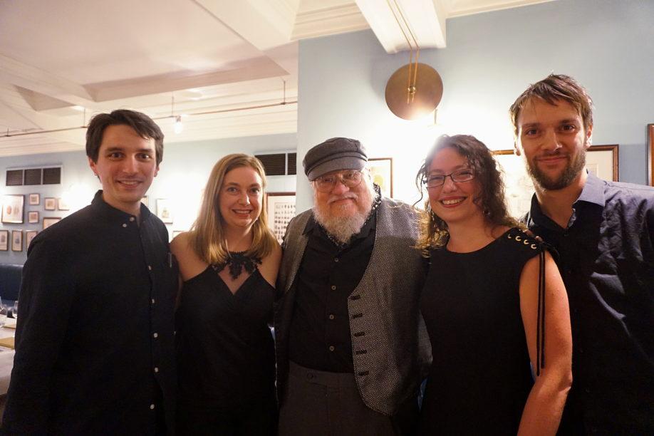 Des membres de La Garde de Nuit avec George R.R. Martin - Londres (Cinnamon Club), août 2019 (© Photo par La Garde de Nuit)