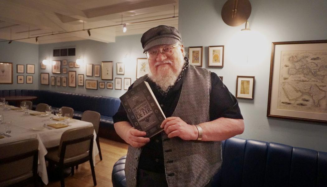 George R.R. Martin avec Les Mystères du Trône de Fer - Londres (Cinnamon Club), août 2019 (© Photo par La Garde de Nuit)