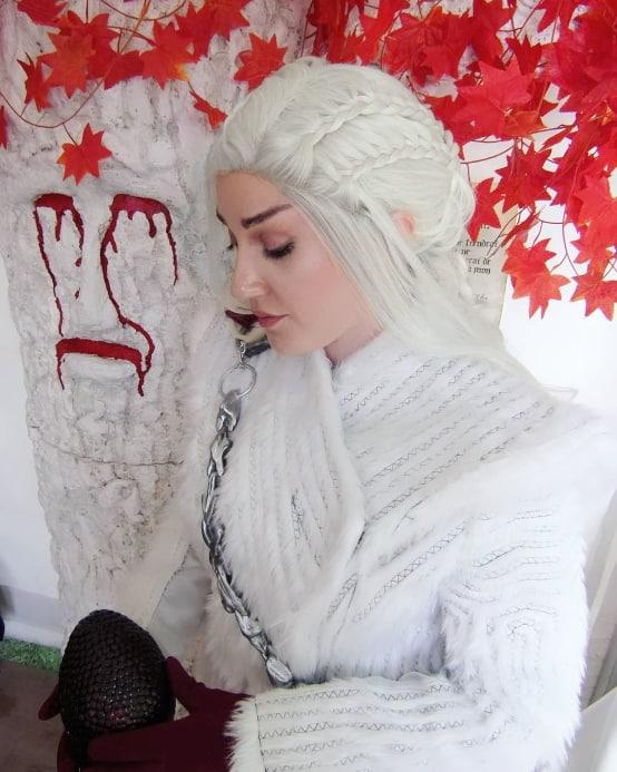 Cosplay de Daenerys Targaryen devant le barral de La Garde de Nuit, par Emy in Wonderland, durant les Imaginales 2019